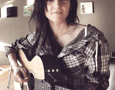 joli-sourire-joue-guitare