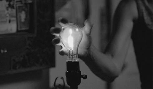 gif-eclate-ampoule-main