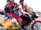famille-nombreuse-sur-une-moto