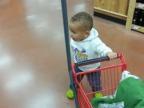 bebe-fait-ses-courses-dans-son-petit-chariot