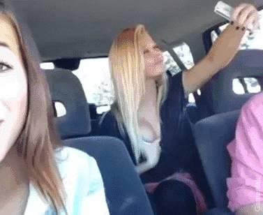 grillee-entrain-mettre-avant-ses-seins-dans-selfie