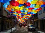 une-allee-remplie-parapluie-colores