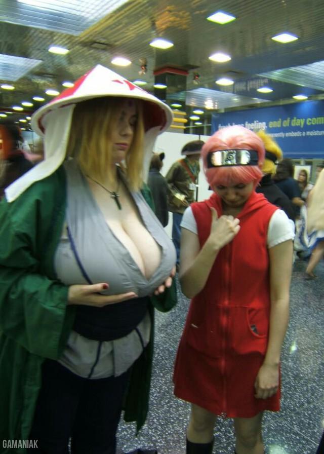 cosplay-tsunade-gros-seins-qui-nargue-sakura