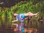 fille-flotte-dessus-eau