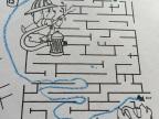 enfant-6-ans-resoud-labyrinthe-facon-differente