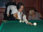 fille-gros-seins-queue-billard
