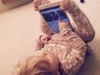 bebe-tient-tablette-avec-pieds