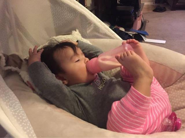 bebe-biberon-pieds