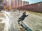 enfant-glisse-verglas-devant-parc