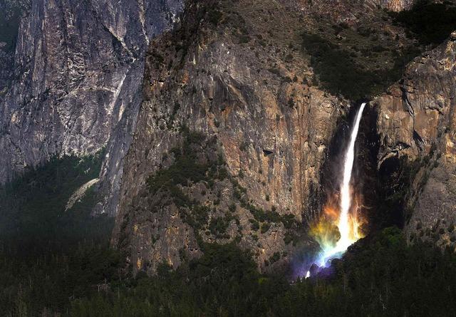 cascade-eau-couleurs-arc-en-ciel