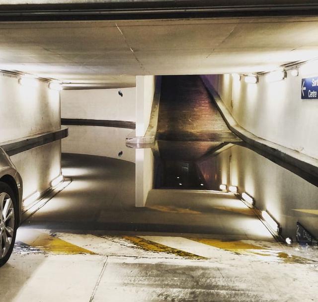 flaque-eau-parking-souterrain-illusion-optique