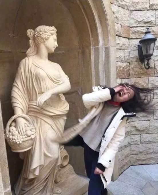 claque-statue