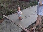 enfant-pieds-ciment
