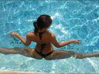 grand-ecart-dans-piscine