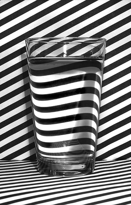 verre-eau-lignes-noires-blanches