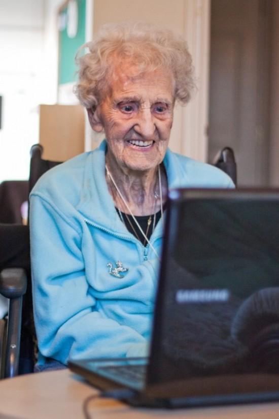 Image Mamie sur son PC