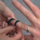 comment-retirer-bague-coincee-doigt