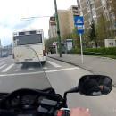 motard-aide-homme-attraper-bus