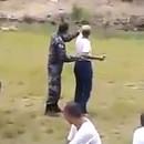 policier-jette-grenade-flash-camarades