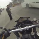 motard-bloque-route-traverser-vieil-homme