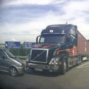 camion-freine-net-devant-voiture
