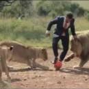 kevin-richardson-joue-foot-avec-lions