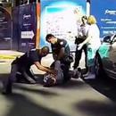 Il sort son pistolet devant la police