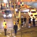 algerien-prie-milieu-route-rouler-dessus-par-voiture