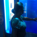 Une femme se fait piéger par un faux requin