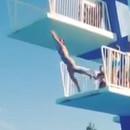 miniature pour Une fille se casse la gueule sur le plongeoir d'une piscine