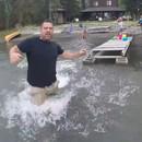 homme-rattrape-drone-avant-tombe-eau