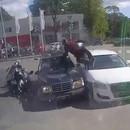 miniature pour Un motard atterrit entre 2 voitures