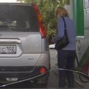 femme-trompe-voiture-station-essence