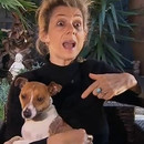 femme-arrete-attaque-chien-doigt-cul