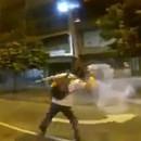 manifestant-venezuelien-renvoie-grenade-lacrymogene