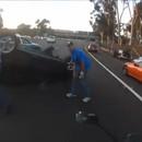 miniature pour Un motard sauve une fille bloquée dans une voiture retournée