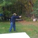 homme-tire-pistolet-arbre