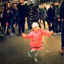 petite-fille-danse-metro