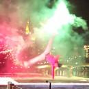 Du break dance avec des feux d'artifices aux pieds