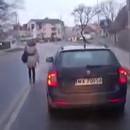 femme-marche-route-entre-voitures