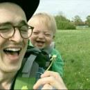 miniature pour Souffler sur un pissenlit pour faire rire son bébé