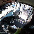 miniature pour 3 enfants presque ecrasés en montant dans un bus