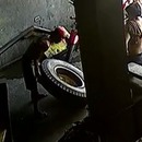miniature pour Un pneu de camion lui explose au visage