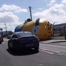 miniature pour Un minion géant sur la route