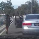 miniature pour Une fille saute de sa voiture au milieu de la route
