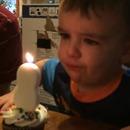 miniature pour Un enfant qui n'arrive pas à souffler une bougie