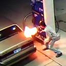 miniature pour Il brûle une araignée sur son réservoir d'essence