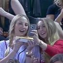 filles-selfie-gradins