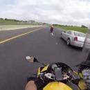 miniature pour Une moto à 300km/h sur l'autoroute