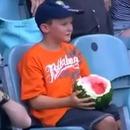 miniature pour Un garçon qui mange une pastèque entière dans les tribunes